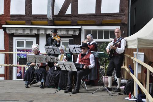 Musiker vor historischer Kulisse